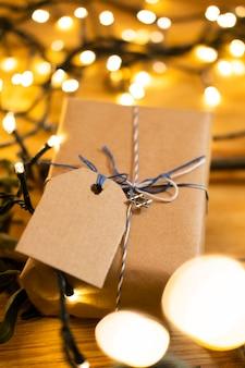Счастливый традиционный праздничный подарок хануки и размытые огни