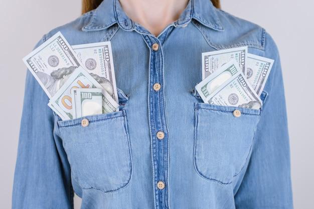 행복한 행복 꿈을 꾸는 사람들은 직장 미국에서 보너스 상금 관리자 보스 개념을 받습니다. 배경에 격리된 주머니에 많은 더미 더미를 보관하는 여성의 클로즈업 사진