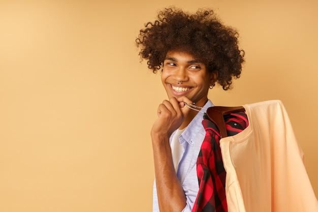 행복한 행복한 사람이 가게에서 옷을 산다