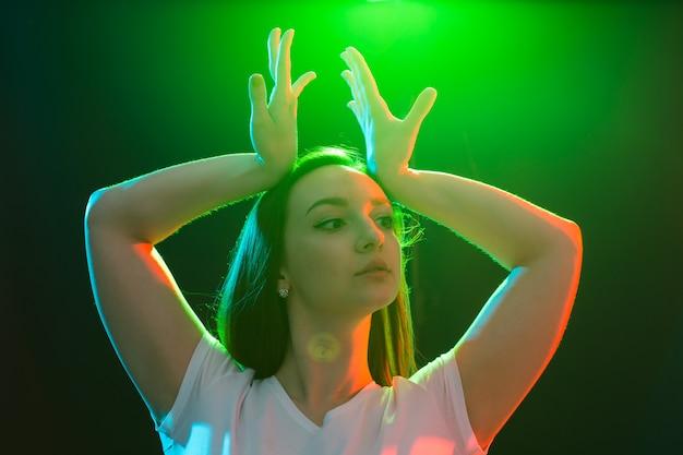 댄스 스튜디오에서 운동하는 행복한 힙합 여성 댄서.