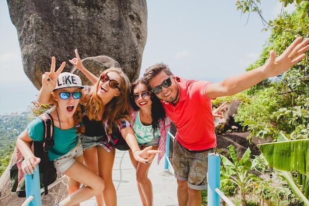 Счастливая хипстерская компания друзей, путешествующих по миру