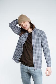 帽子を持つ幸せな流行に敏感な男