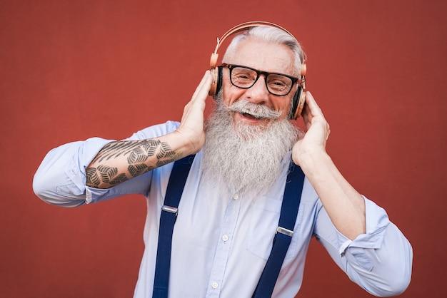 도시에서 야외 재생 목록 음악을 듣고 행복 힙 스터 수석 남자