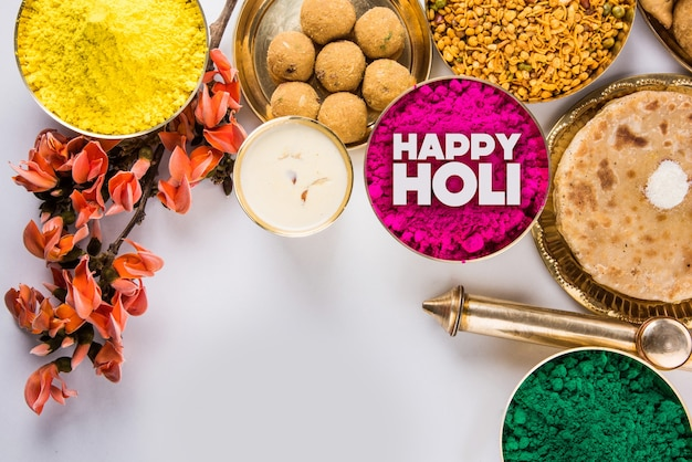 인도 전통 달콤하고 짠 음식, 꽃 및 다채로운 분말을 보여주는 해피 홀리 인사말 단어