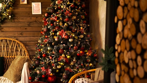 ハッピーホリデー。クリスマスに飾られた美しい木製のリビングルーム。