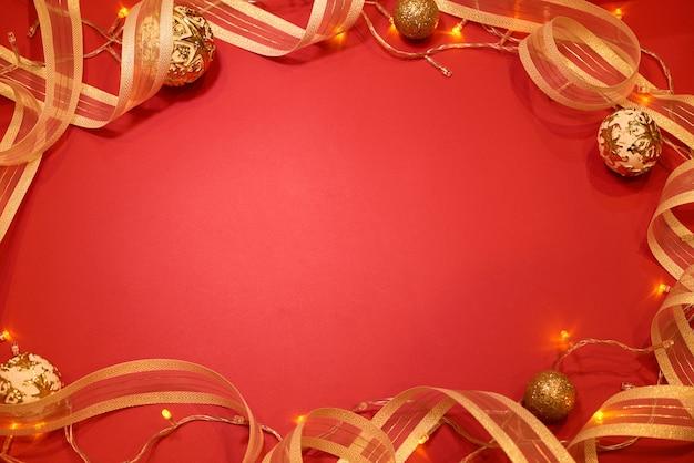 幸せな休日の背景。赤い背景の装飾。