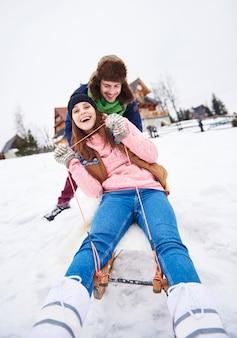 雪の上の冬の間の幸せな休日