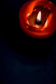 幸せな休日のグリーティングカードの背景と暗い背景の冬のシーズンのコンセプト赤い休日のキャンドル...