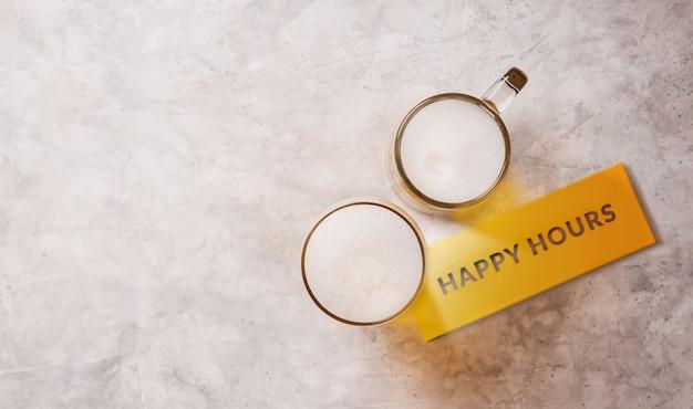 해피 아워, 테이블에 맥주 두 잔. 맥주 개념을 마시는 커플 또는 두 친구 행 아웃 또는 레스토랑과 바에서 축하. 평면도