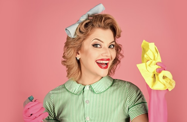 Счастливая домработница. ретро уборщица женщины. женщина кинозвезды держит бутылку супа, тряпку. уборка, уборка, жена.