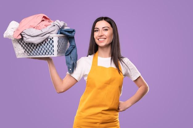 カメラを見て洗濯物と幸せな主婦