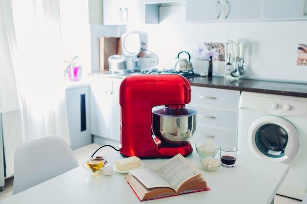 집에서 멀티쿠커 및 기타 요리 기구를 갖춘 행복한 주부