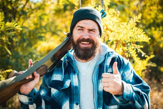 숲에서 행복 사냥. 폐쇄 및 개방 사냥 시즌. 사냥에 샷건 총을 가진 사냥꾼. hamdsome 헌터의 초상화
