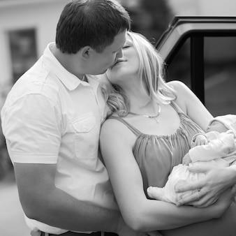신생아와 그의 아내 키스 행복한 남편