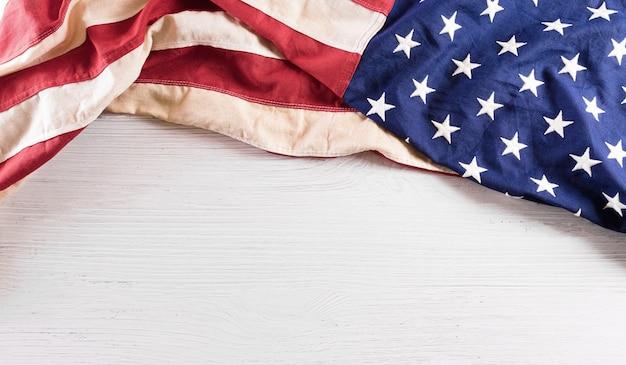 흰색 나무 바탕에 미국 국기의 해피 독립 기념일 4일