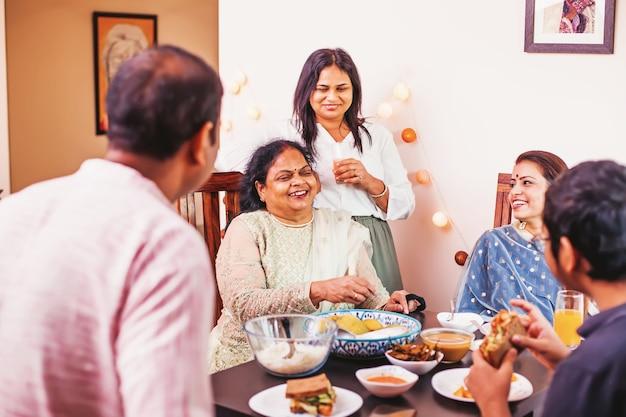 Счастливая индийская семья вместе праздничный ужин дивали
