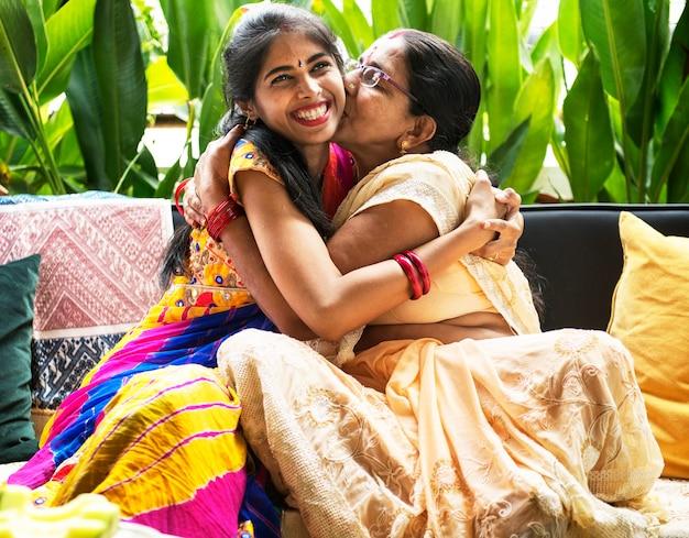 행복 한 인도 어머니와 딸이 서로 포옹
