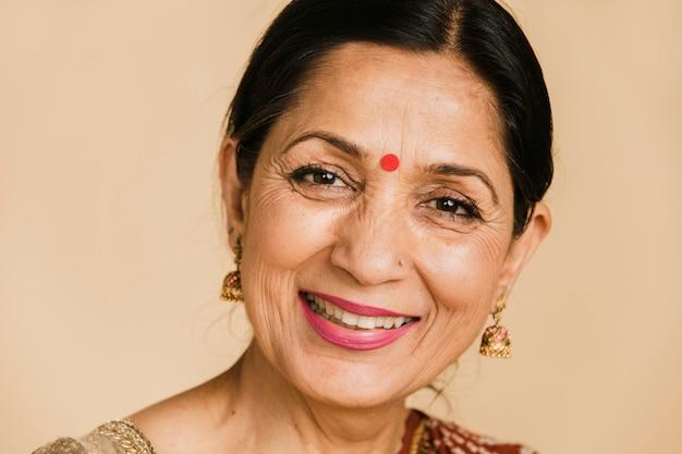 ビンディを身に着けている幸せなインドの女性