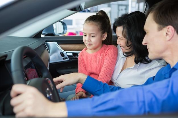 ディーラーで車を買う幸せな国際家族
