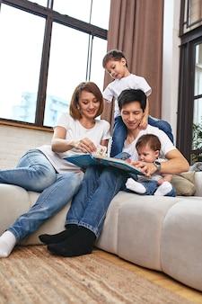 Концепция счастливой международной семьи