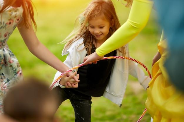 Счастливая межрасовая группа детей, играющих летом