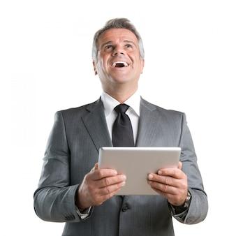 Счастливый радостный бизнесмен аплодирует, работая со своим цифровым планшетом, изолированным на белом фоне