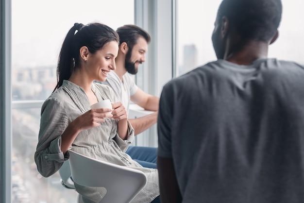 즐거운 다양한 비즈니스 사람들이 직장 휴식 시간에 재미있는 농담을 하면서 웃고, 쾌활한 기업 팀 사무실 직원들이 즐겁게 놀고, 팀 빌딩 활동에 참여합니다.