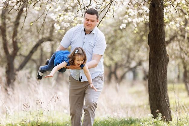 彼の小さな娘と一緒に幸せなうれしそうな若い父