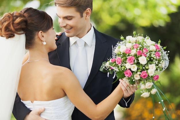 꽃과 함께 행복 한 그냥 결혼 한 젊은 부부