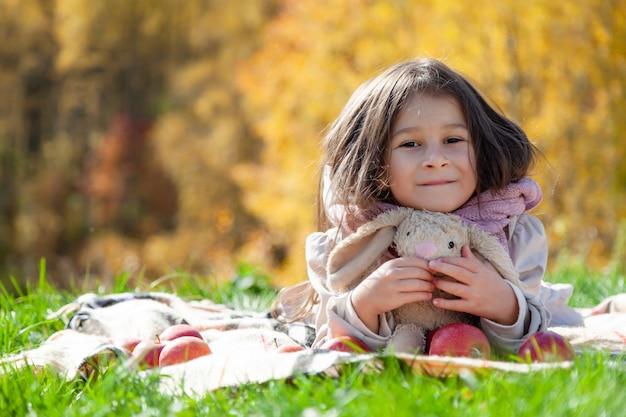 秋の公園で幸せな子供赤ちゃん女性