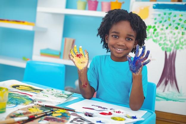 彼の手で絵を楽しんでいる幸せな子供