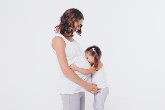 임신 어머니의 뱃속, 임신과 새로운 삶의 개념을 포옹 행복한 아이 소녀