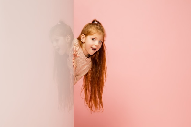 행복 한 아이, 산호 핑크에 고립 된 소녀