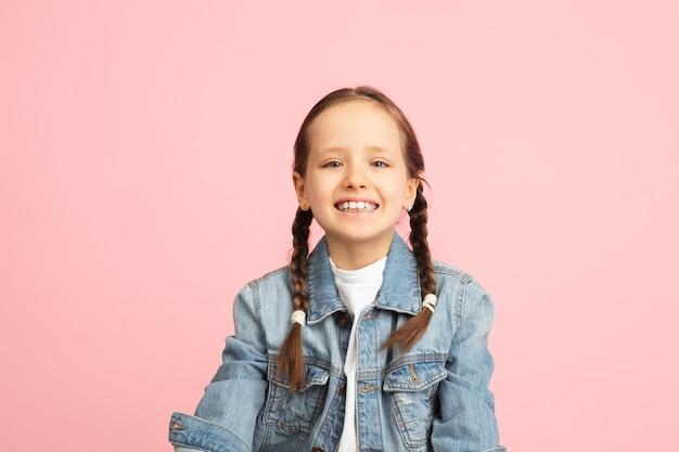 행복 한 아이, 벽에 고립 된 소녀. 행복하고 쾌활 해 보입니다. copyspace 어린 시절, 교육, 감정, 비즈니스, 표정 개념. 높이 뛰고 뛰고 축하해