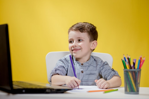 행복 한 아이 재미 노트북에 만화를보고, 아이는 자신의 드로잉 아트 숙제를 위해 인터넷에서 아이디어를 검색하는 디지털 패드를 사용하여