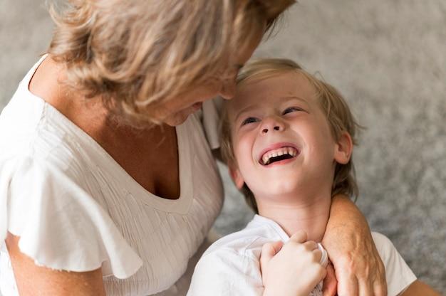 祖母を見ている幸せな子供