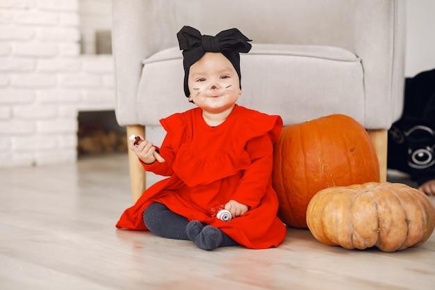 할로윈 파티에 행복 한 꼬마입니다. 실내 재미 childhaving. bby 의상을 입고. 파티 준비 어린이의 개념입니다.