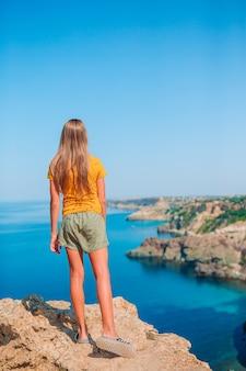 절벽 해변의 가장자리에 야외 행복 한 아이