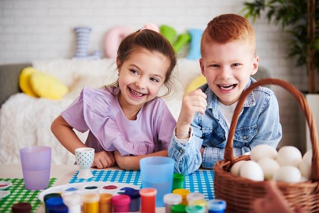 カラフルなテーブルの上の幸せな子供