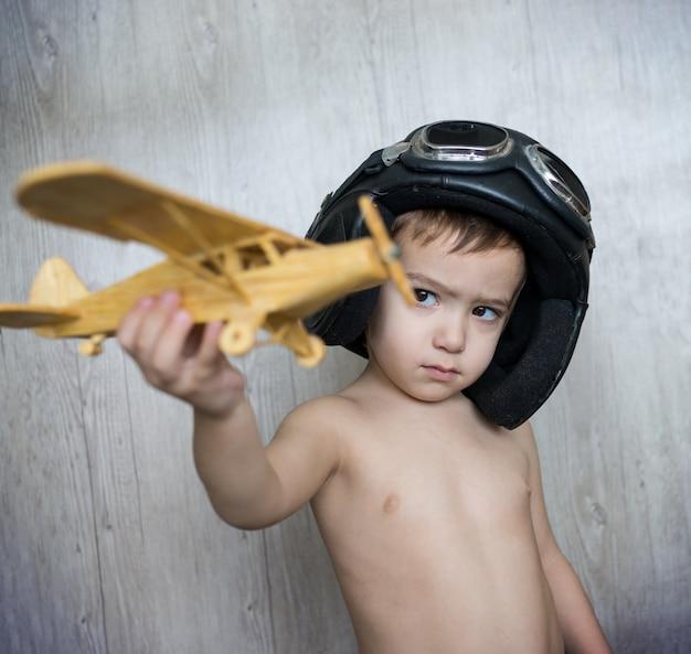玩具飛行機で遊んでいる幸せな子供