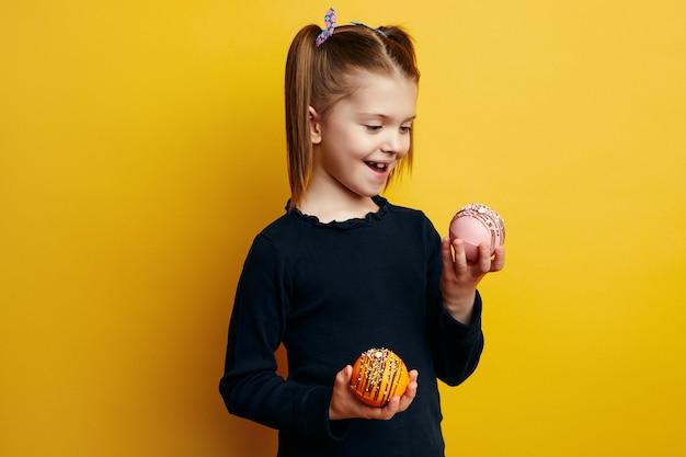Счастливый ребенок улыбается и держит в руках бомбу какао, которая тает с горячим молоком