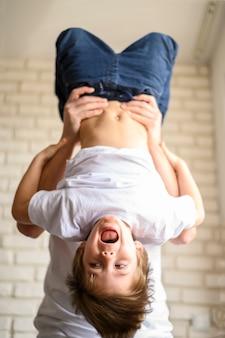 Счастливый малыш с ног на голову