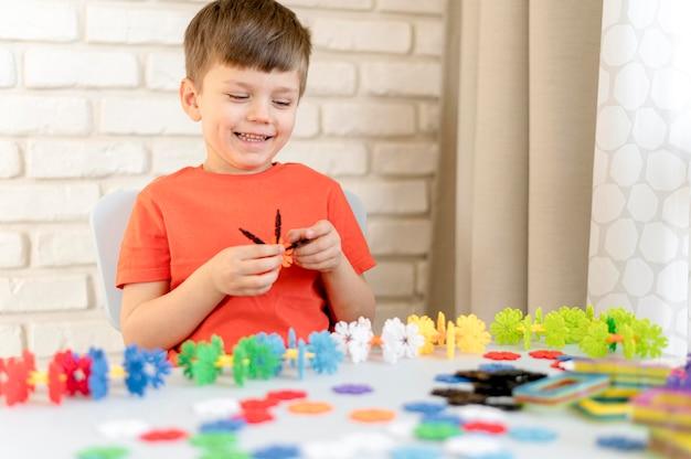 Bambino felice con un giocattolo di plastica