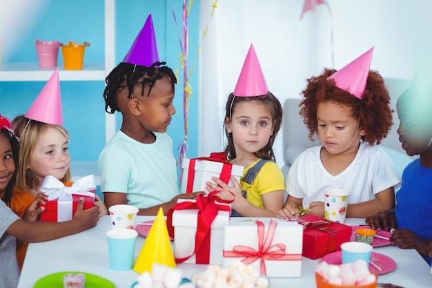 誕生日パーティーでハッピーキッズ