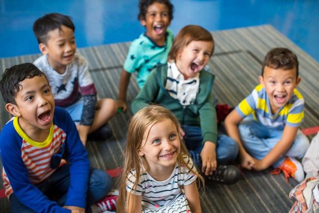 초등학교에서 행복한 아이들