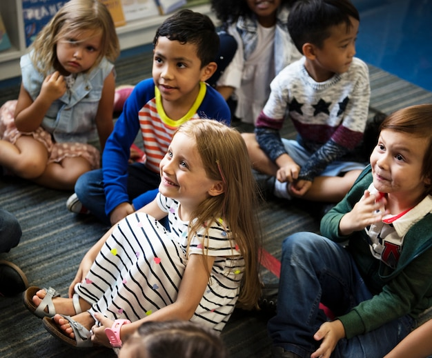 小学校で幸せな子供たち