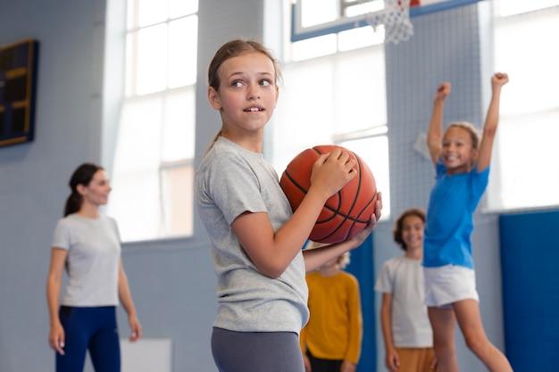 体育の授業を楽しんでいる幸せな子供たち