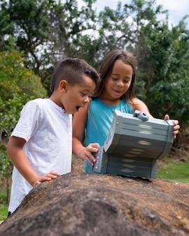 보물 찾기에서 보물을 찾는 행복한 아이들