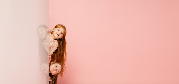 행복 한 아이, 산호 핑크에 고립 된 여자