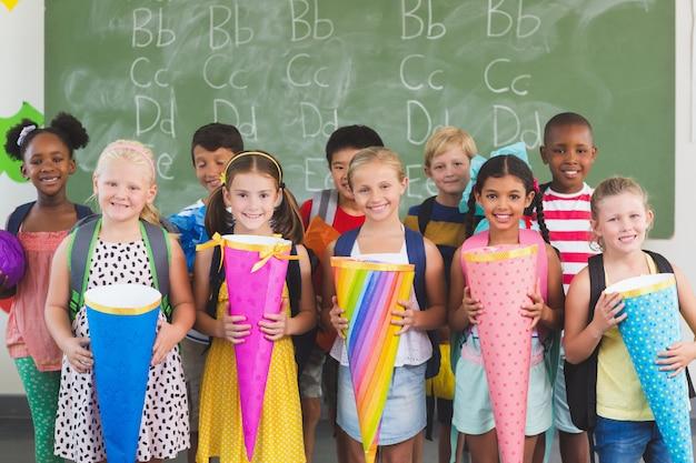 教室で贈り物を持って幸せな子供